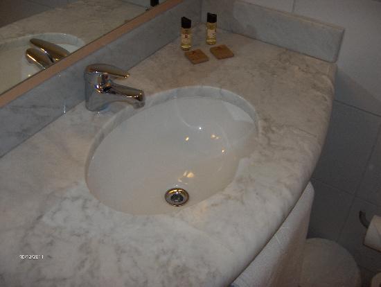 Ibis Larco Miraflores: Clean washroom