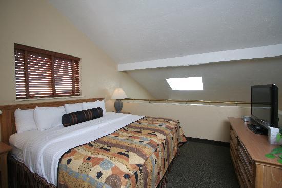 Best Western Plus Lincoln Sands Oceanfront Suites: Loft Bedroom with King bed