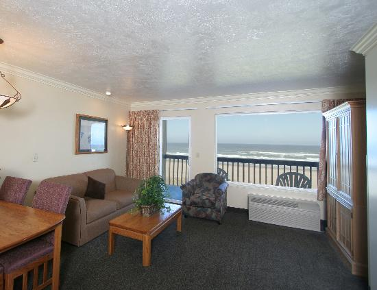 Best Western Plus Lincoln Sands Oceanfront Suites: Standard Queen suite living room