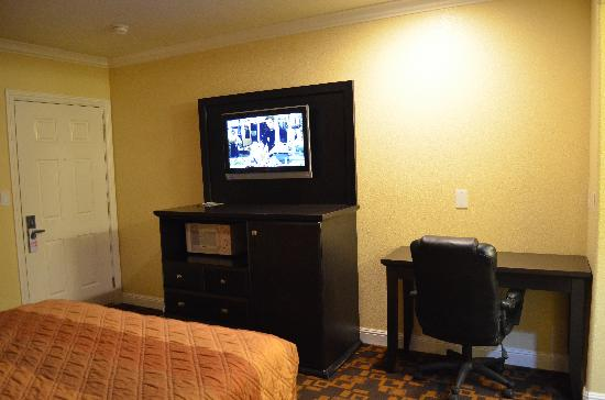 Monterey Surf Inn: room TV and microwave