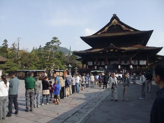 Zenko-ji Temple: お数珠頂戴に並ぶ人々