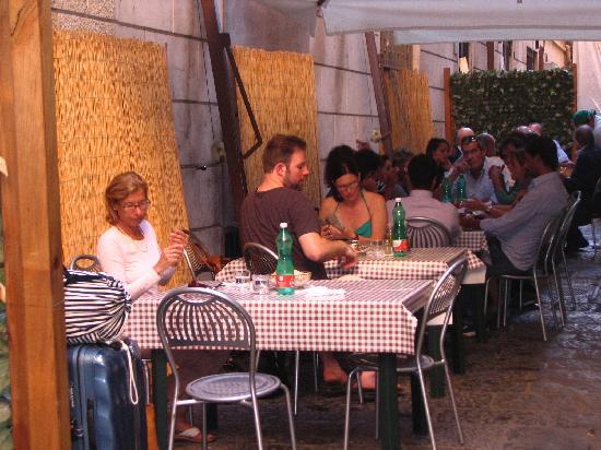 Lo Spacco: Ein paar Tische und Stühle