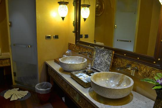 The Baray Villa: mr and mrs sinks