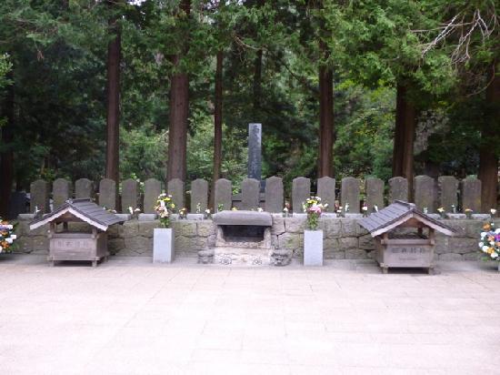 Iimoriyama: 慰霊碑
