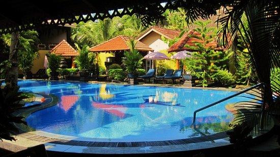 Flower Garden Hotel: Pool