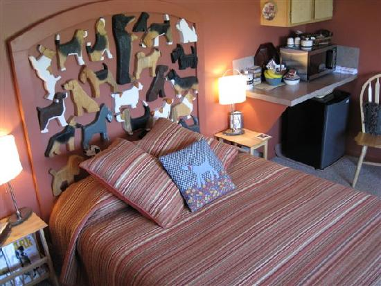 Dog Bark Park Inn: Queen bed in main quarters