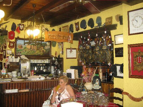 Hotel Hermanos Macias: Main desk/Restaurant