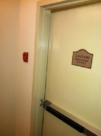 Mercury Grand Hotel : shouldn't a fire door close?