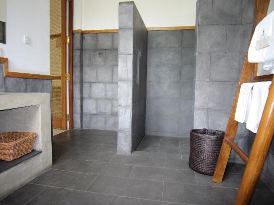 Baramba House: A bathroom