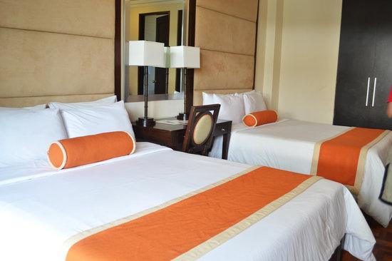 Milflores de Boracay: as seen in the net, for real 2 queen beds!
