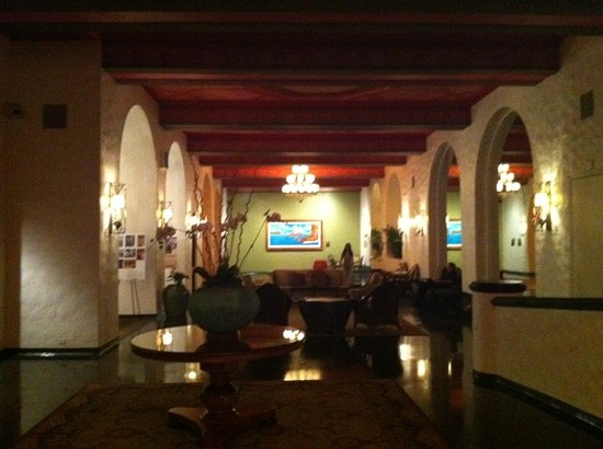 The Royal Hawaiian, a Luxury Collection Resort: hotel lobby at night