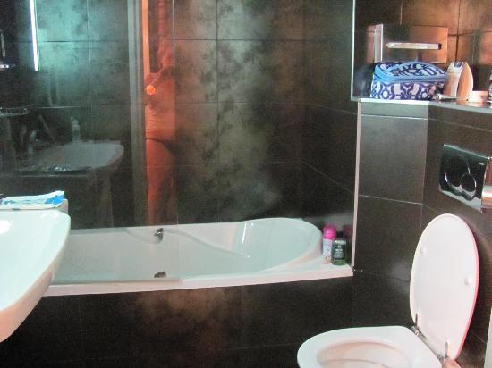 Hotel Edouard VI: roomy bathroom