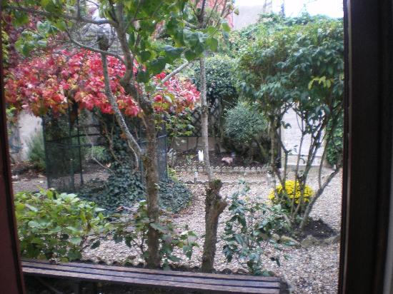 Hotel La Tourelle Du Beffroi : je jardin, vue de la chambre