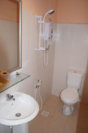 Sandy Beach Resort: The bathroom was super clean and the shower had hot water.