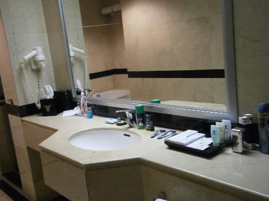 โรงแรมเมนารา เพนนินซูล่า: nice basin bathroom loved it