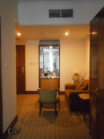 โรงแรมเมนารา เพนนินซูล่า: view from bathroom to front door the room is big