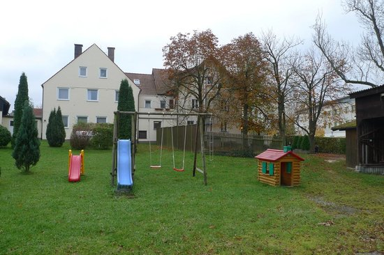 Bayreuth, Niemcy: Parking and Playground - hotel view