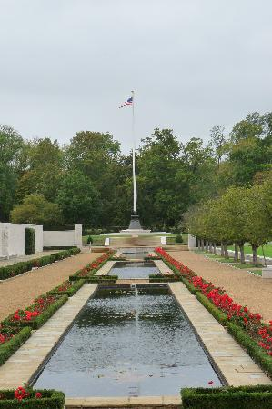Cambridge American Cemetery and Memorial: Reflecting pools