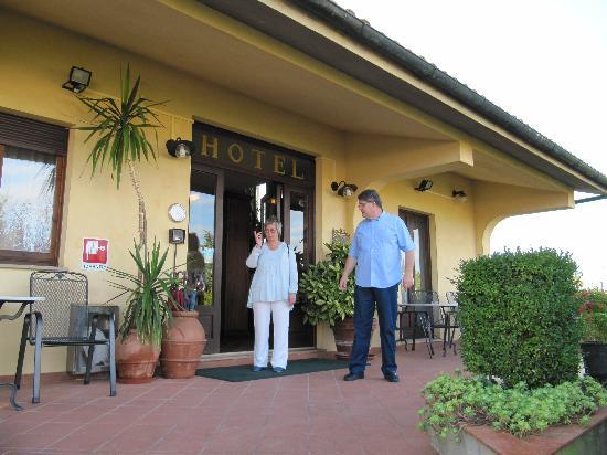 Hotel le Volpaie: På den trivelige verandaen og inngangspartiet til hotellet med verten selv
