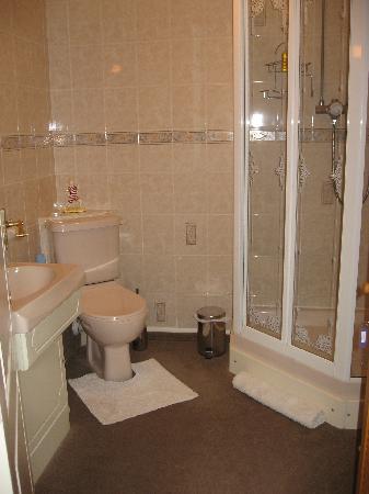 Carnforth Guest House: spacious bathroom
