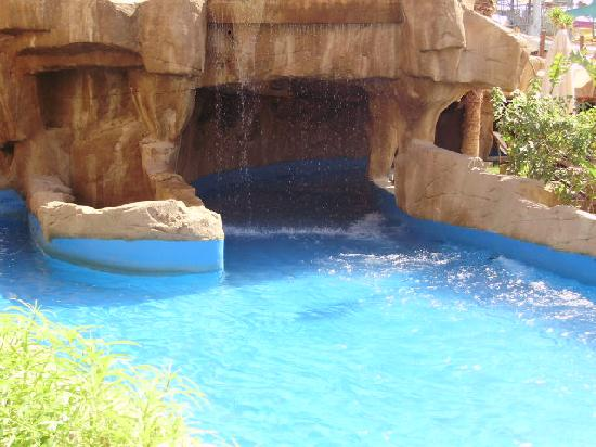 Coral Sea Aqua Club Resort: tunnel on lazy river