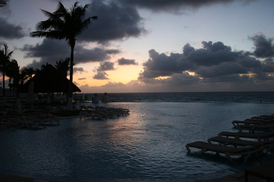 Le Blanc Spa Resort: in the infinity pool at sunrise