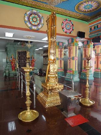 Sri Maha Mariamman Temple : Opferstätte Altar