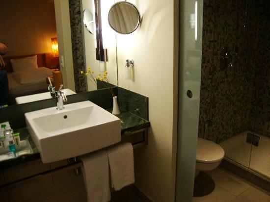 Lindner Hotel Am Ku'damm: Das Badezimmer ist NICHT vom eigentlichen Zimmer getrennt. WC und Brause nur durch GLASTÜRE getr
