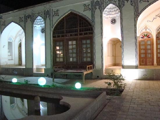 Isfahan Traditional Hotel: cortile interno 1