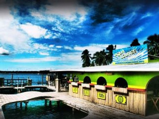Aqua Lounge Bar & Hostel : sunny day at aqua