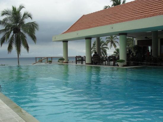 The Leela Kovalam Beach: infinity pool