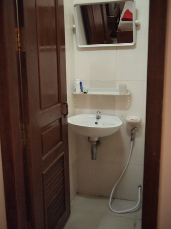 Happy Guest House: Twin ensuite restroom