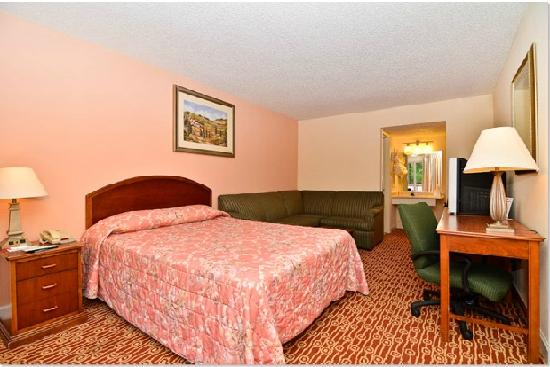 Econo Lodge: Bedroom8