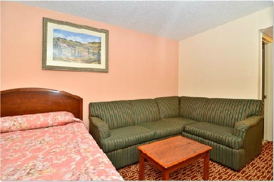Econo Lodge: Bedroom9