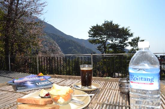 Sky Pie Guest House: Breakfast & the view