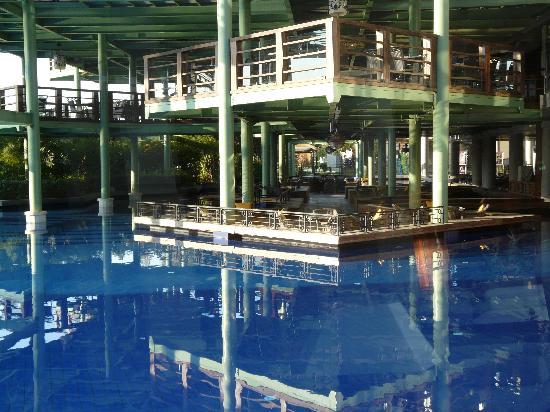 Limak Lara De Luxe Hotel&Resort: terrasses sur pilotis