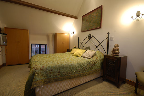 The White Horse Inn: Comfortable bedroom just off the sitting room.