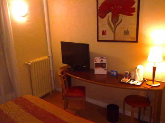 Mercure Paris Opéra Lafayette : Room 157 desk with TV