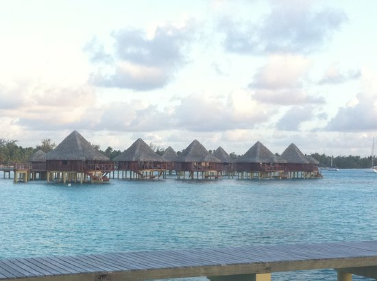 Hotel Kia Ora Resort & Spa: overwater bungalows as seen from the restaurant