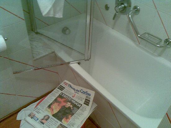 """Hotel Tosco Romagnolo: """"box"""" doccia - utile per avere idea delle dimensioni rapportarle con quelle del quotidiano"""