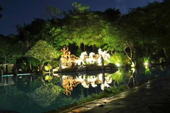 โรงแรมคูมาลาพันไท: The pool at night