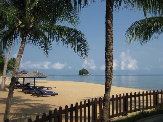 Berjaya Tioman Resort - Malaysia : Blick auf Strand und kleinen Bach mit Renggis Island im Hintergrund