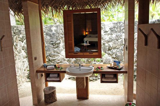 Tikehau Pearl Beach Resort: Beach bungalow open bathroom