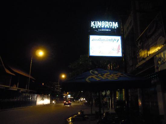 Sundance Riverside Hotel: Street front of hotel