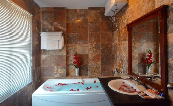 Hanh Dat Hotel Hue: bathrooms