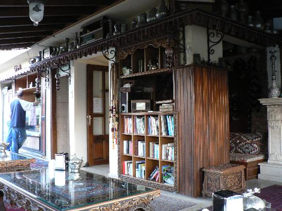 Hotel Bella: Terrace - library, coffee tables