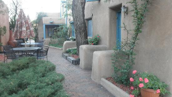 Pueblo Bonito Bed and Breakfast Inn: Pueblo Bonito Inn exterior shot