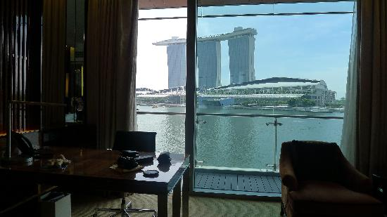 The Fullerton Bay Hotel Singapore: Stunning view from hotel room