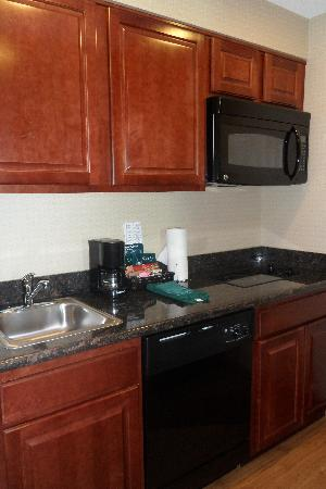 Homewood Suites Ft. Lauderdale Airport & Cruise Port: Nice Kitchen area in our room