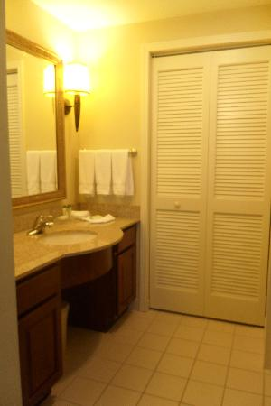 Homewood Suites Ft. Lauderdale Airport & Cruise Port : Bathroom Vanity area